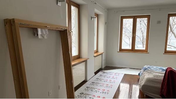 初雪的冬天,木窗的安装,让家里多些暖意。